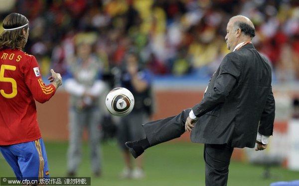 西班牙主帅秀脚法