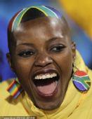 幻灯:南非女球迷光头造型怪异 乌拉圭美女迷人