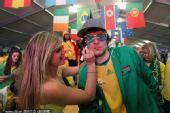 幻灯:世界杯A组第二轮 南非球迷关注比赛转播
