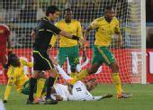 图文:乌拉圭3-0大胜东道主南非 裁判判罚