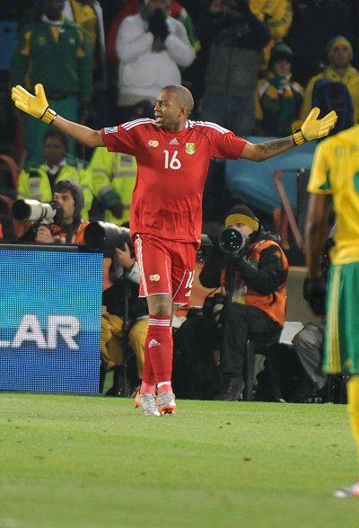 图文:乌拉圭3-0大胜东道主南非 门将无奈