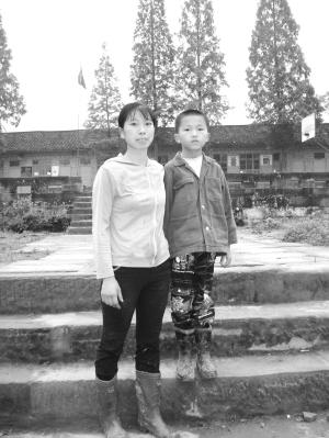 受资助的程龙和妈妈回忆起李山仍然感慨万千