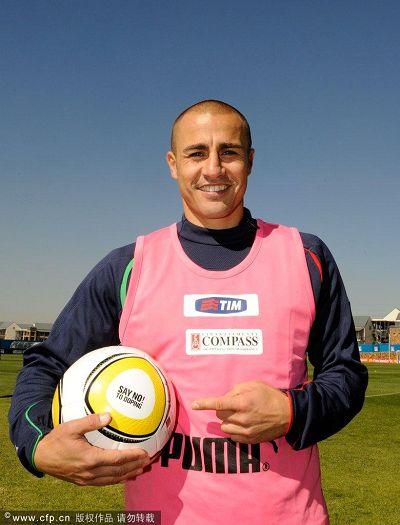 图文:意大利队积极备战 卡纳瓦罗指着足球