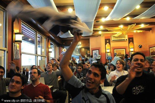 乌拉圭队球迷集聚酒吧观赛