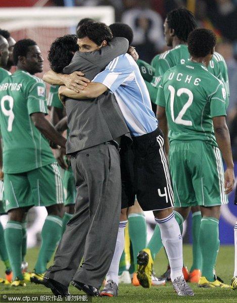 图文:世界杯拥抱不断 马拉多纳拥抱布尔迪索