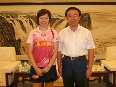 山东省副省长黄胜(右)与李晓霞