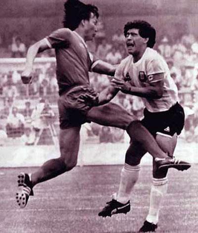 1986年,许丁茂脚踢马拉多拉