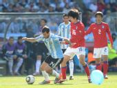 图文:阿根廷大战韩国 蓝色气球飘落到球场
