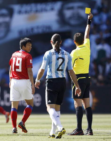 图文:阿根廷队大战韩国 廉基勋吃黄牌