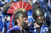 """幻灯:""""希腊勇士""""惊现赛场 钢盔铠甲前来助威"""