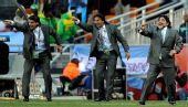 图文:阿根廷4-1大胜韩国 马拉多纳在场边指挥