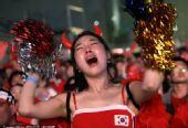 幻灯:红魔拉拉队难以接受韩国完败 女球迷痛哭