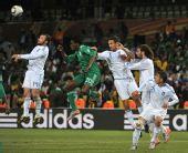 图文:小组赛希腊2-1尼日利亚 埃图胡头球解围