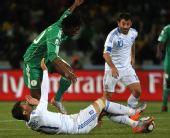 图文:希腊2-1尼日利亚 卡楚拉尼斯倒地拦截