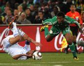 图文:希腊2-1尼日利亚 乌切逼抢卡拉贡内斯