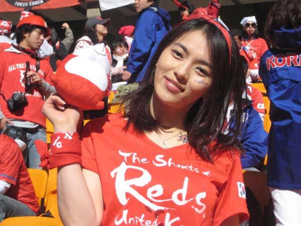 韩国美女球迷手拿小狐狸
