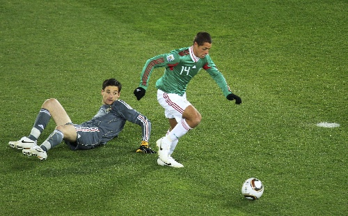 法国队/6月17日,墨西哥队球员哈·埃尔南德斯(右)突破法国队守门员...