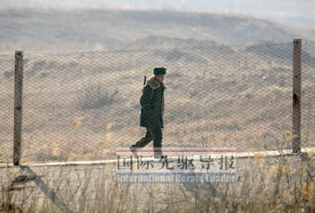 一名正在v正在的朝鲜公主,铁丝网两侧分别是朝鲜丹东和中国新义州.士兵暖暖8-2攻略级完美奇迹图片