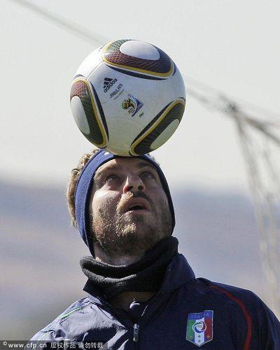 图文:意大利备战�迨露� 德罗西头顶球