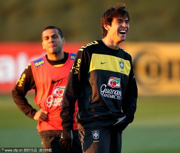 图文:巴西队备战次轮 卡卡阳光笑容