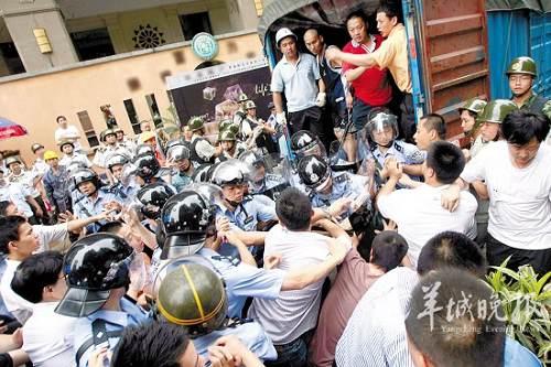 部分情绪激动的业主阻拦强拆 羊城晚报记者 林桂炎 摄
