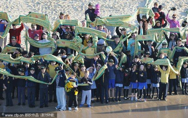 澳大利亚球迷聚集悉尼海滩 800米围巾助威