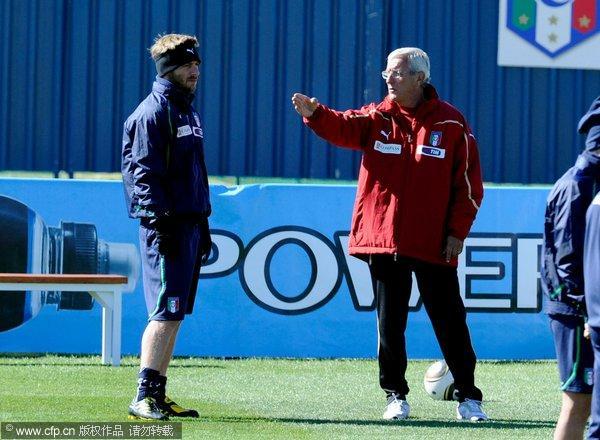 图文:意大利队训练备战次轮 里皮为德罗西授课