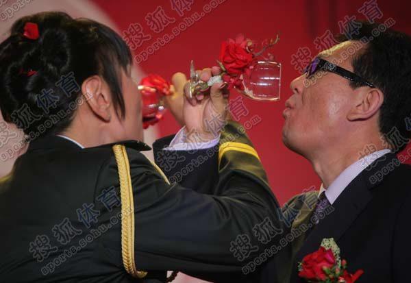郑海霞夫妻喝交杯酒