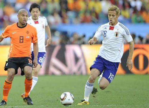 日本 日本队/6月19日,日本队球员本田圭佑(右)带球突破。