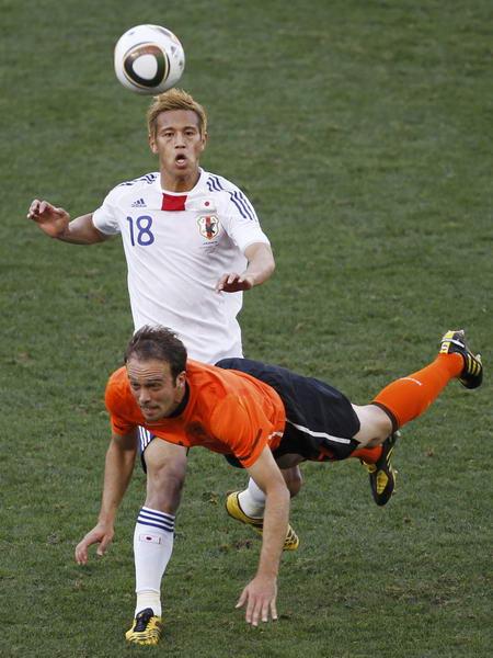 日本 荷兰/图文:荷兰1/0绝杀日本本田圭佑拼抢