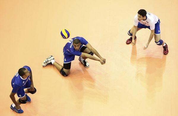 图文:中国男排3-1胜法国 法国队防守