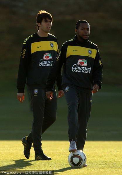图文:巴西队轻松备战 卡卡与罗比尼奥