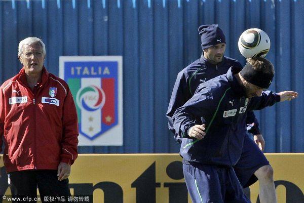图文:意大利队积极备战 德罗西越玩越High