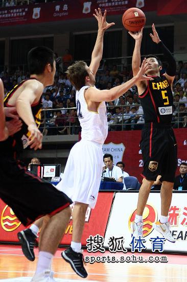 图文:男篮热身赛胜阿根廷 刘炜投篮