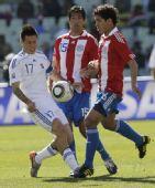 图文:斯洛伐克VS巴拉圭 双方队员拼抢