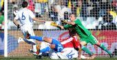 图文:斯洛伐克VS巴拉圭 贝拉射门瞬间