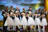 图:第13届上海电影节颁奖礼 向评审团鲜花