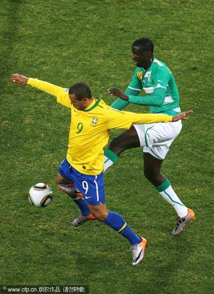 法比亚诺遭对手踢裆