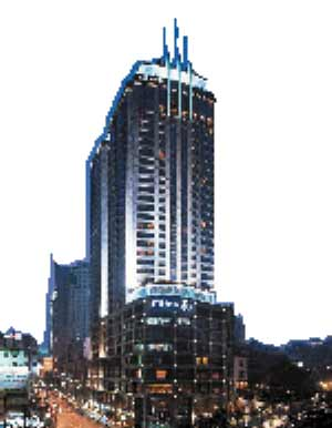 重庆希尔顿酒店是一家五星级酒店。希尔顿国际酒店集团,为总部设于英国的希尔顿集团公司旗下分支。希尔顿国际酒店集团在全球80个国家内有着逾71000名雇员。希尔顿在中国已经开业的酒店分布在上海、北京、合肥、重庆、三亚、厦门、青岛等地。