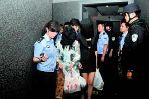 6月19日晚,希尔顿酒店,警方在现场抓获犯罪嫌疑人102名。