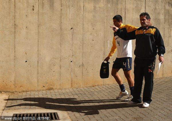 图文:澳大利亚国家队训练备战 卡希尔与球队经理开玩笑
