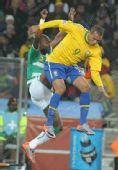 图文:巴西3-1战胜科特迪瓦 法比亚诺争球