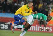 图文:巴西3-1战胜科特迪瓦 玩起相扑