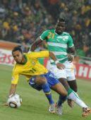 图文:巴西3-1战胜科特迪瓦 罗比尼奥险些摔倒