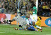 图文:巴西3-1战胜科特迪瓦 门将倒地