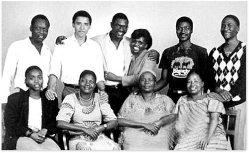 1988年奥巴马在肯尼亚拍摄的家族合照,莎拉奶奶坐在前排右二位置