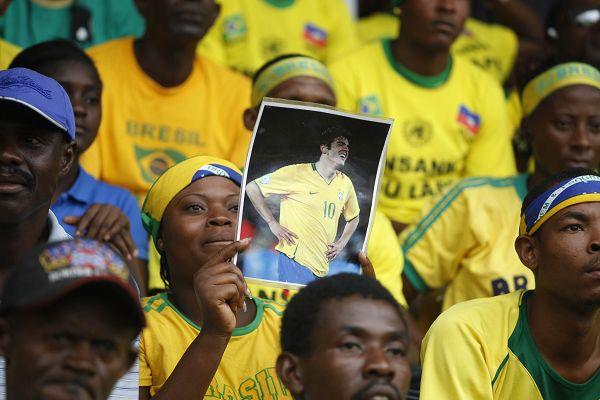 图文:巴西球迷庆祝胜利 大妈是卡卡超级拥趸