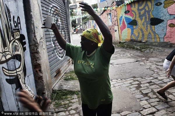 巴西贫民窟球迷看世界杯