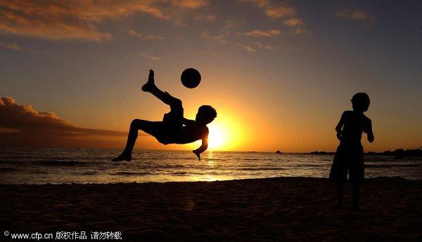 世界杯期间孩童享受足球