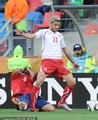幻灯:瑞士中场贝赫拉米肘击对手 被红牌罚出场